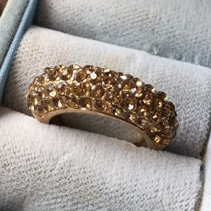 Jewelry - Gold ring with light brown crystals.